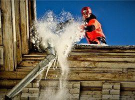 Уборка снега и наледи с кровли дома по адресу Бульвар Гагарина, 64