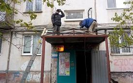 Монтаж и установка козырька в доме по адресу ул. Пушкарская, 61