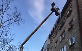 Очистка кровли дома по адресу ул. Дружбы, 23 от ледяных навесов
