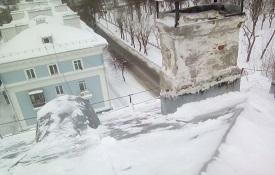 Чистка кровли от снежных навесов и наледи
